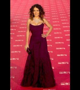 du-haut-de-ses-45-ans-salma-hayek-est-toujours-aussi-belle-cette-longue-robe-pourpre-lui-va-divinement-bien_117420_w6201